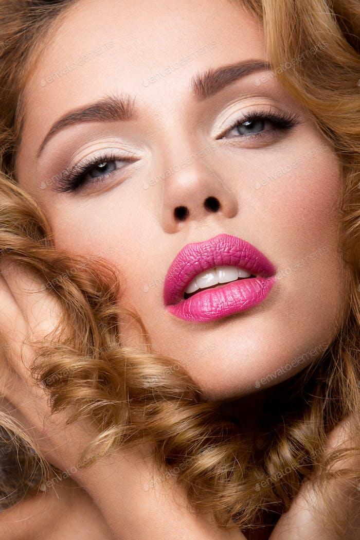 Mache dich. Glamour Porträt von schönen Frau Modell mit frischem Make-up und romantische wellige Frisur.