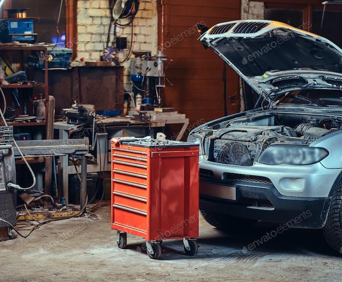 Красный ящик для инструментов в гараже.