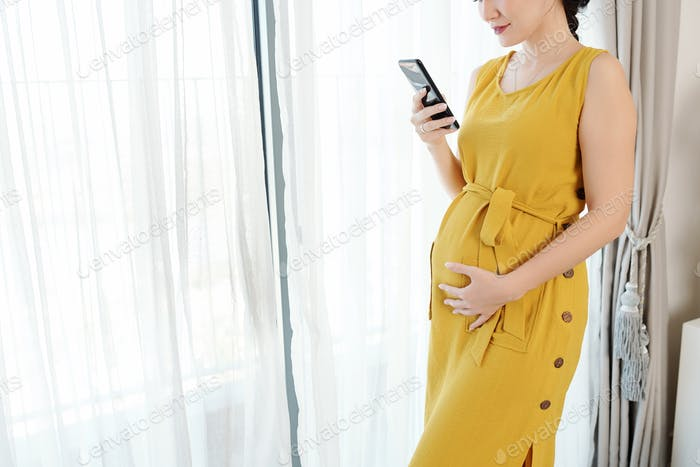 Pregnant woman with smartphone