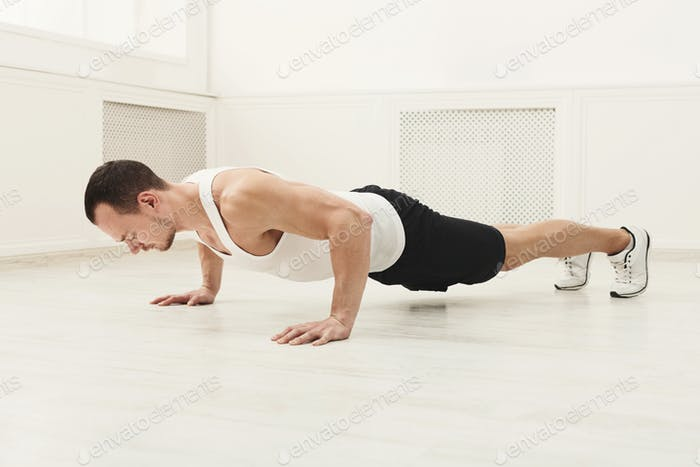 Männlich Sportler tun Planke