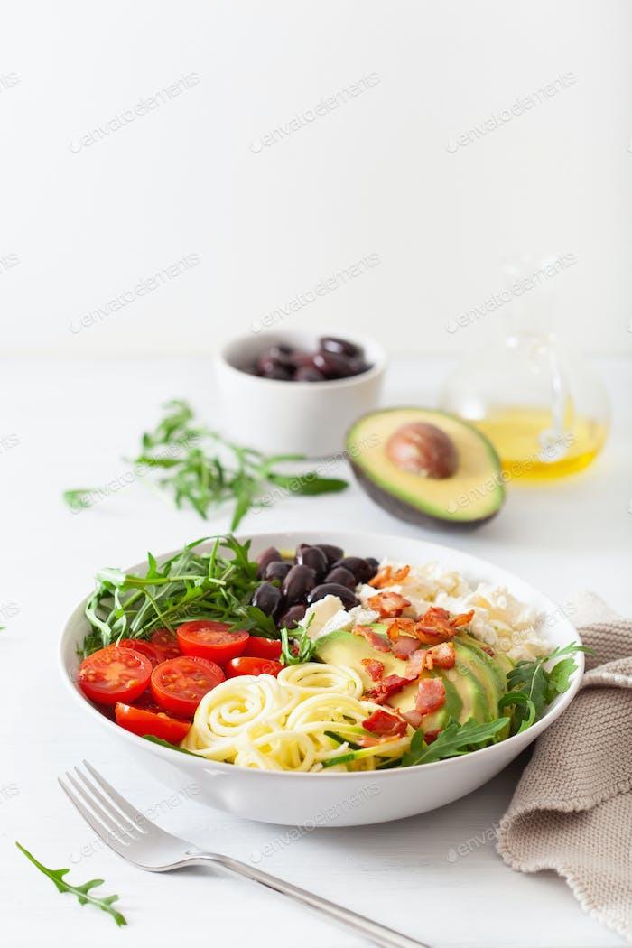 ketogene Lunchschale: Spiralisierter Zucchini mit Avocado, Tomaten, Feta-Käse, Oliven, Speck