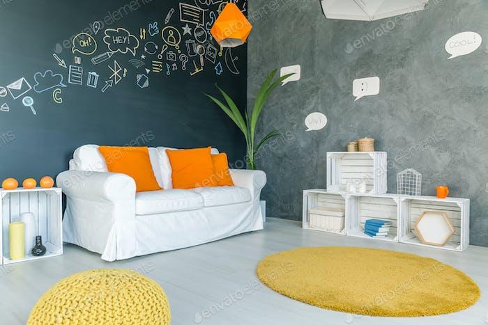 Zimmer mit gelbem Teppich