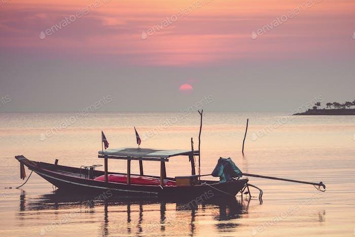 Traditionelles thailändisches Boot bei Sonnenuntergang