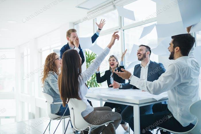 Erfolgreiche Geschäftsleute feiern erzielte Geschäftsziele
