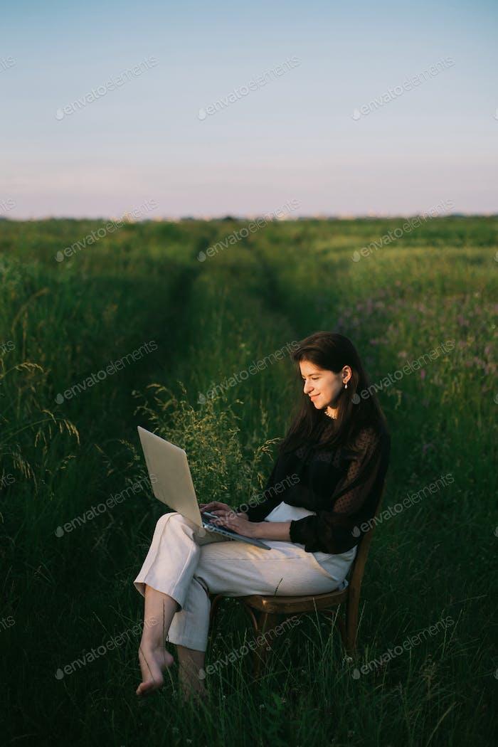 Mujer de negocios joven trabajando en línea