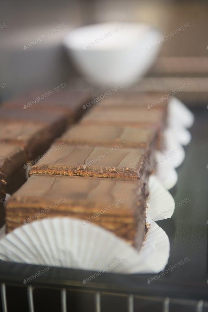 Nahaufnahme von Scheiben frischer Brownies in der Bäckerei