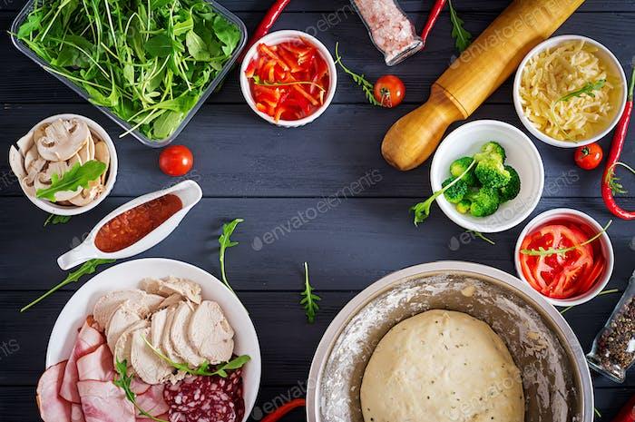 Italienische Pizza. Teig- und Pizza-Zutaten