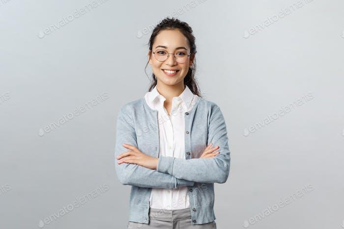Concepto de carrera, negocio y educación. Retrato de alegre asiático chica listo para empezar en línea lección