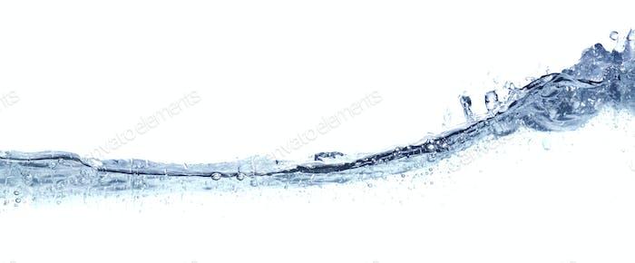 Klares, gewelltes Wasser auf weiß isoliert.