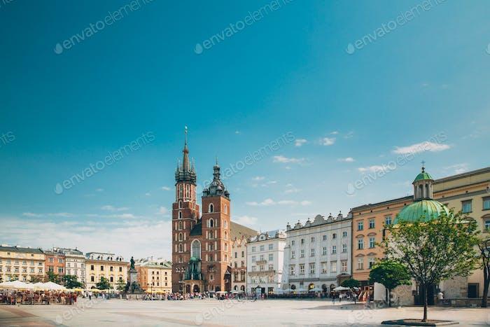 Cracóvia, Polônia. Basílica de Santa Maria e Edifício Pano Hall. Fam
