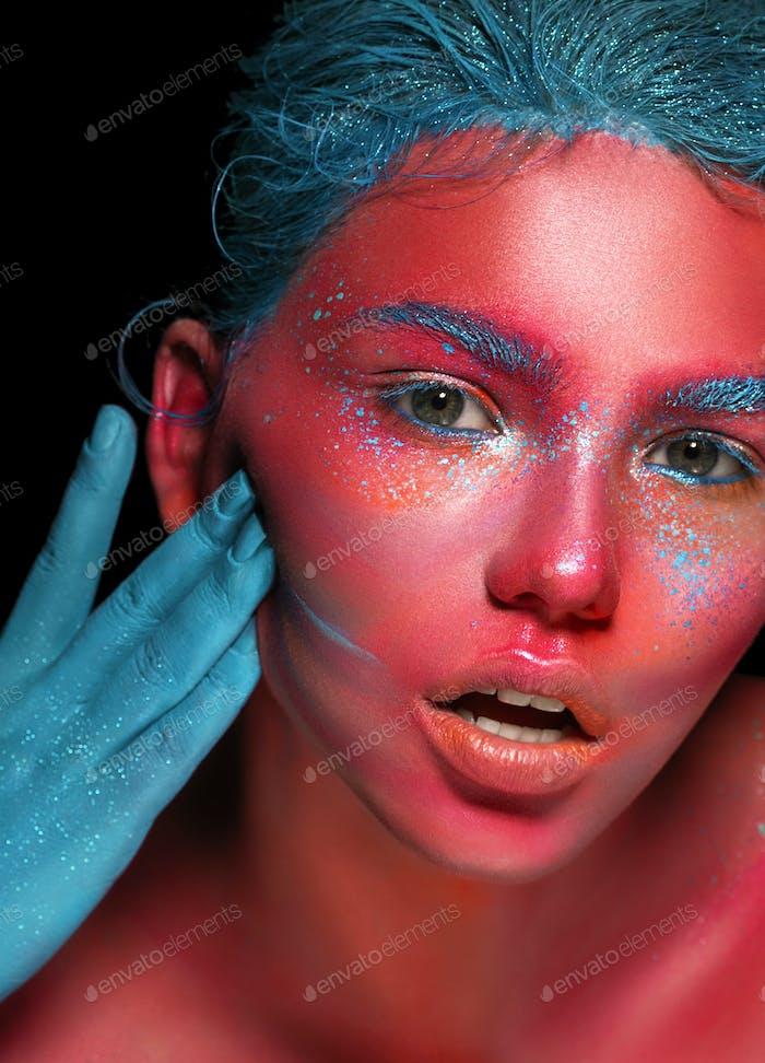 Body Art Frau rosa Gesicht Schönheit mit blauen Haaren und Hand. Schöne Kunst Haut