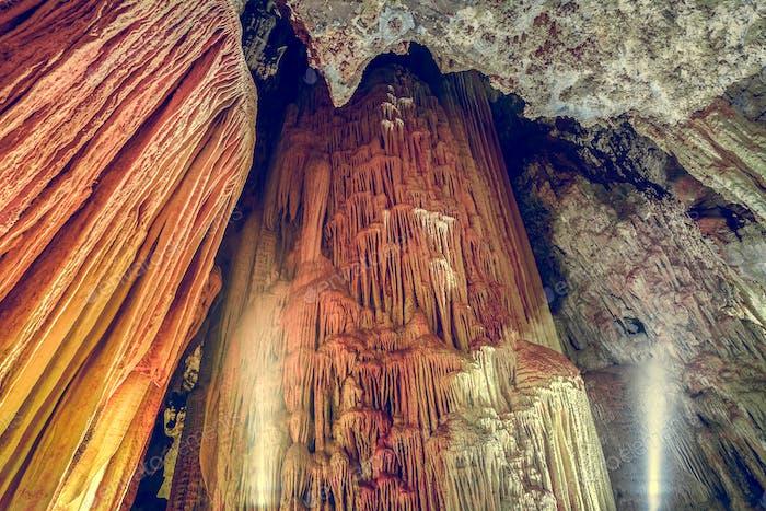 Höhlenstalaktiten und Stalagmiten