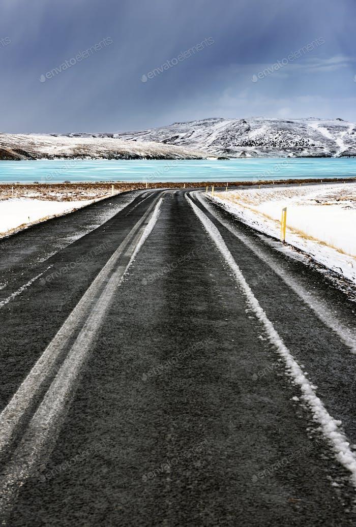 Straße entlang gefrorenen See