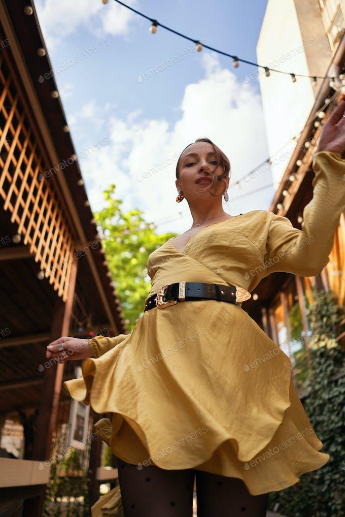 Mujer en movimiento en la hermosa calle de la ciudad