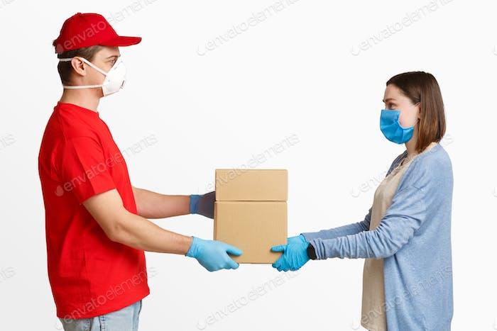 Lieferung an die Tür während der Quarantäne. Kurier gibt Paket Mädchen in Maske
