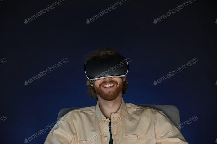 Beraded Mann genießen VR Spiel