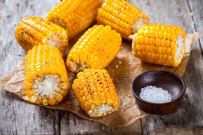 Gegrillter Mais mit Salz