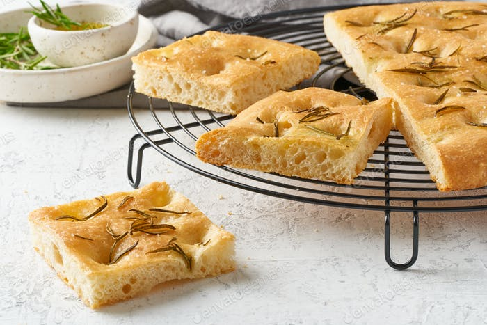 Focaccia, Pizza, italienisches Fladenbrot mit Rosmarin und Olivenöl auf Gitter