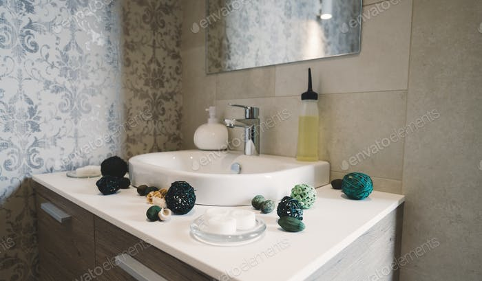 Раковина и кран с мылом и украшением