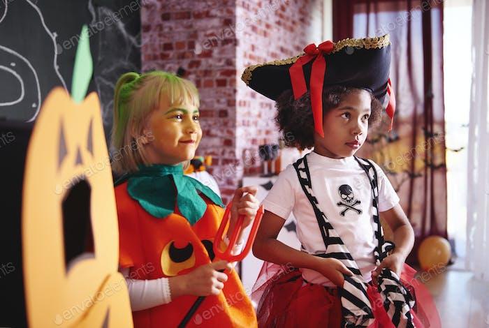 Zwei Mädchen feiern Halloween-Party