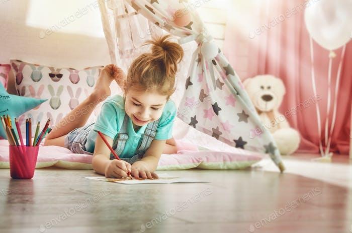 Mädchen zeichnet mit Buntstiften