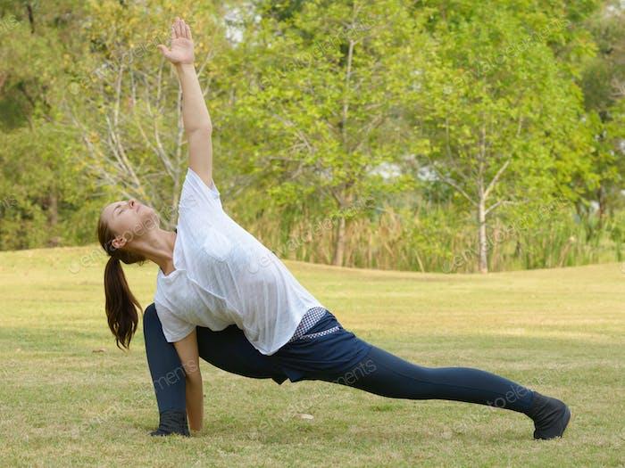 Junge schöne Frau trainiert im Park im Freien