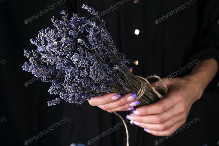 Weibliche Floristin binden frischen Blumenstrauß mit Lavendel