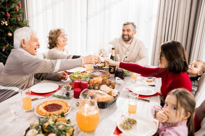 Familie genießen Weihnachtsfest