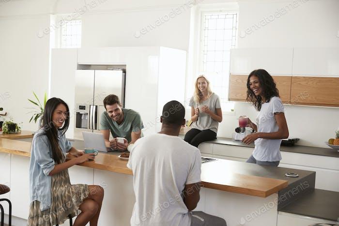 Freunde reden und trinken Kaffee in moderne Küche