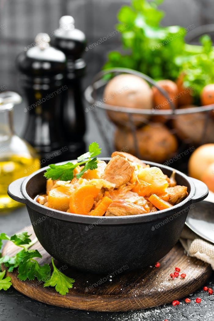 Fleischeintopf mit Gemüse. Geschmortes Fleisch mit Kohl, Karotten und Kartoffeln