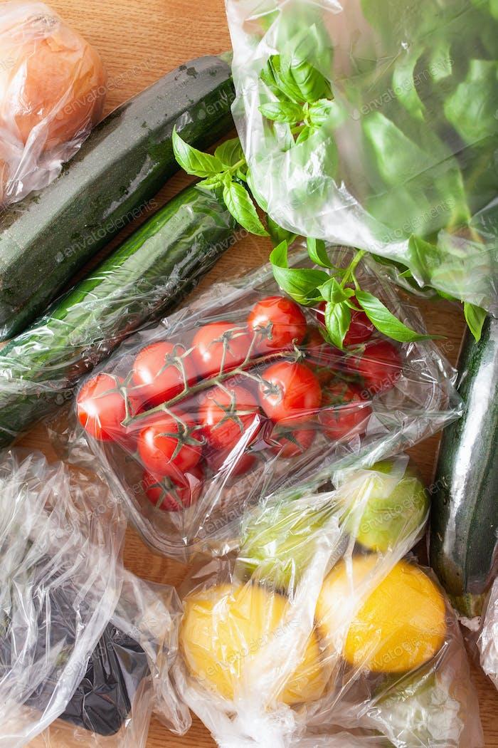 Einmalgebrauch Plastikverpackung Problem. Obst und Gemüse in pla