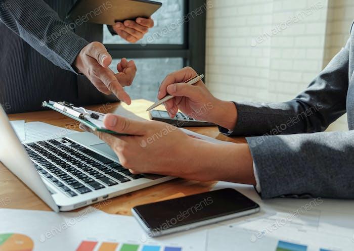 Das Management-Team arbeitet auf Tablet, um die Arbeit zusammenzufassen, um organisatorische Ziele zu erreichen.