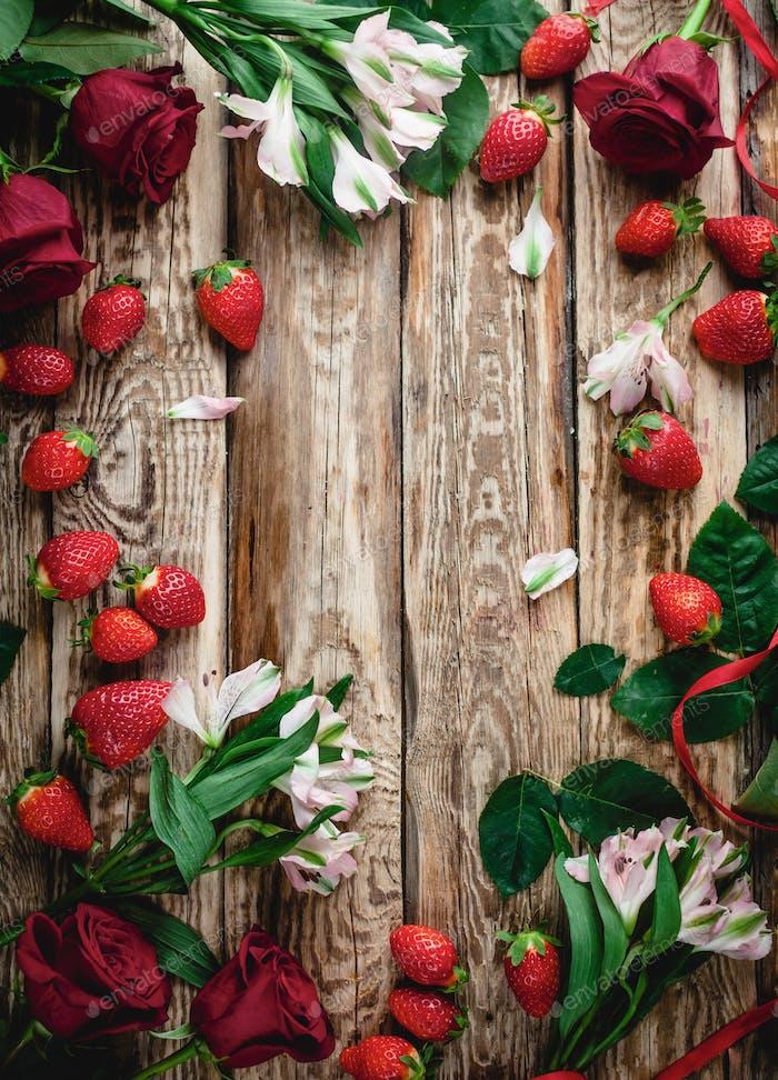 вид сверху клубники и цветов на деревянном потертом фоне, фон валентинки