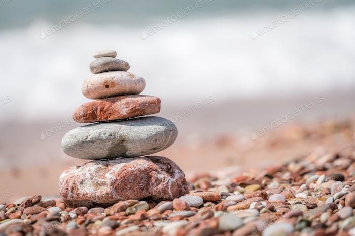 Zen ausgeglichener kleiner Stapel von gestapelten Steinen
