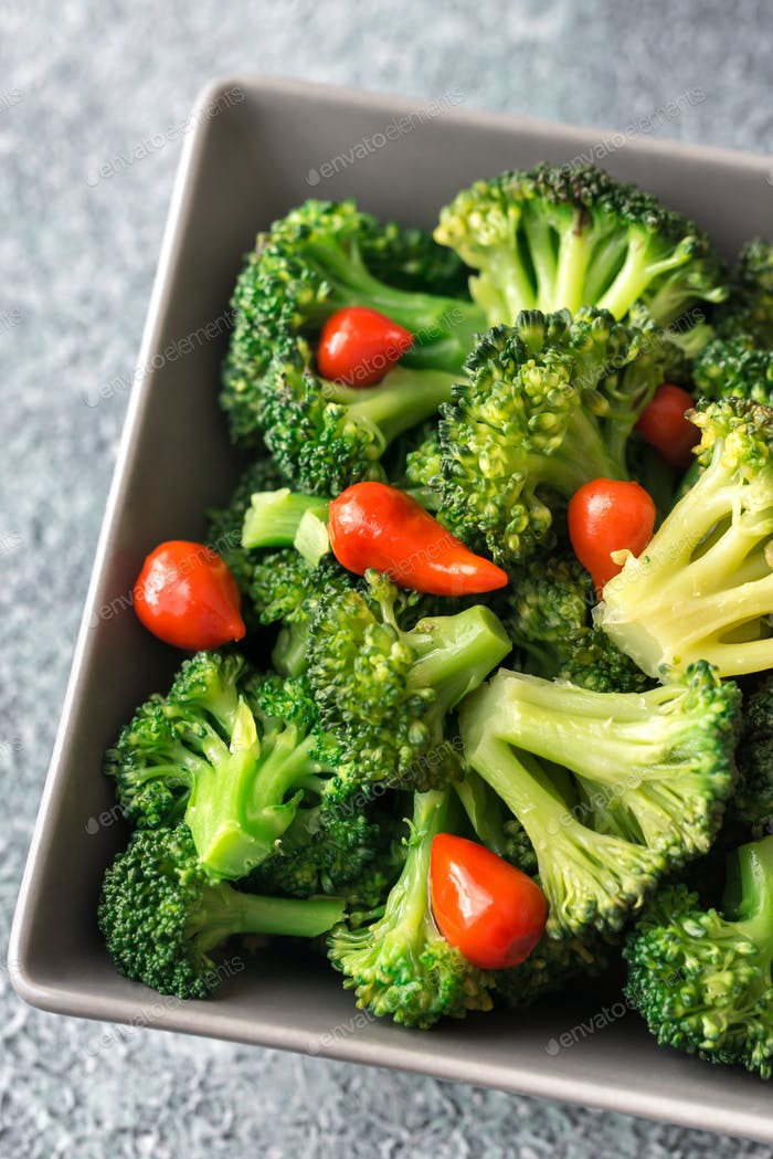 Schüssel mit Brokkoli und Chili braten
