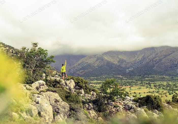Wandermann Blick auf schöne Berge Erfolgskonzept