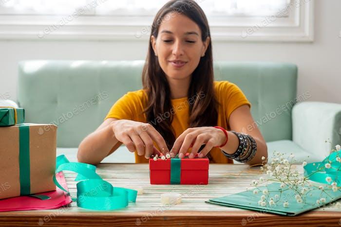 Frau wickeln handgemachte Handwerk Geschenke zu Hause