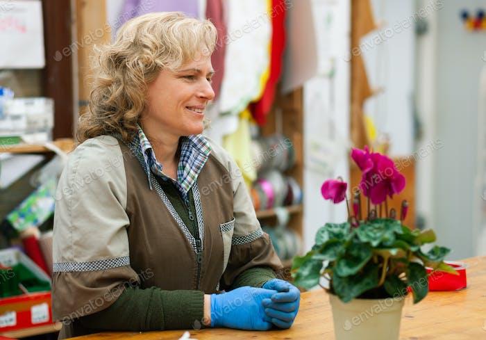 Florist mit professioneller Kleidung in einem Kinderzimmer.