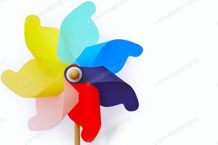 Mehrfarbiges Windrad Windmühle Spielzeug isoliert auf weiß. Sommer und Kindheit