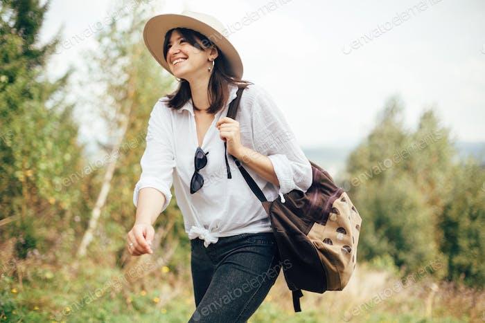 Stilvolle Hipster Mädchen mit Rucksack Reisen in sonnigen Bergen