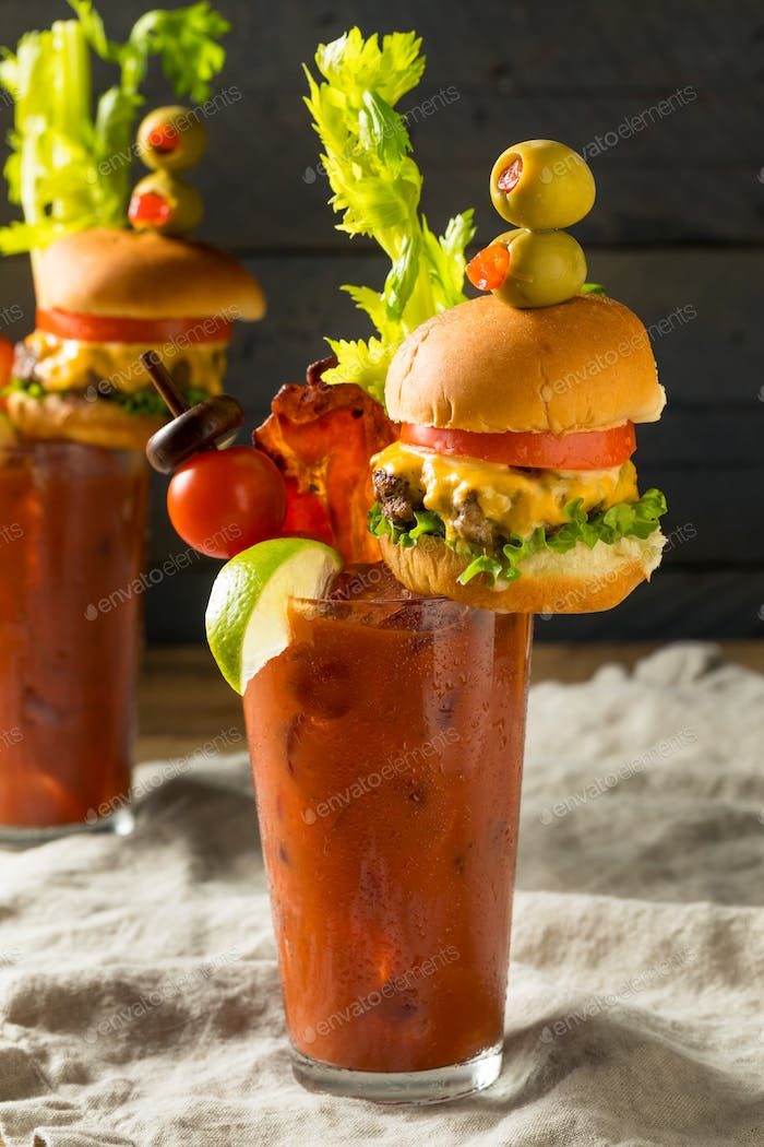 Cold Icy Gourmet Bloody Mary mit einem Hamburger