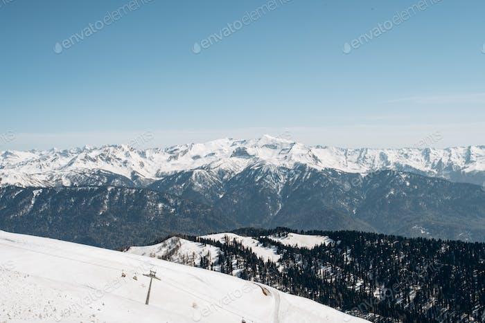 Winterberge, Skipiste. Blick auf die Berge und den Skilift