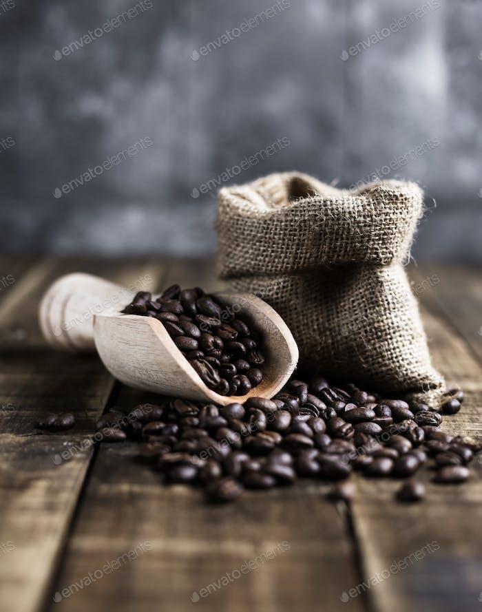 Kaffeebohnen mit Holzschaufel und Tasche