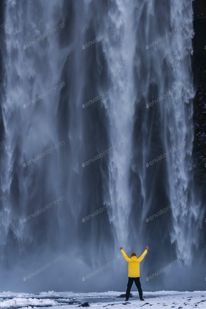 Hermosa cascada Skogafoss. Islandia. Vista de invierno al amanecer