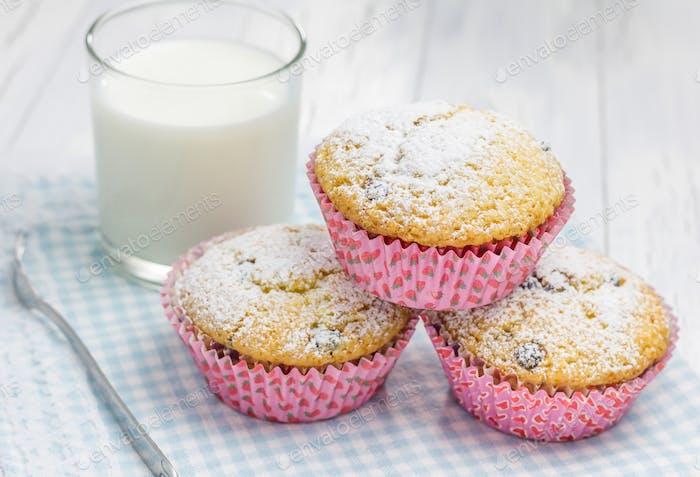 Hausgemachte Muffins mit Choco-Chips und Glas Milch