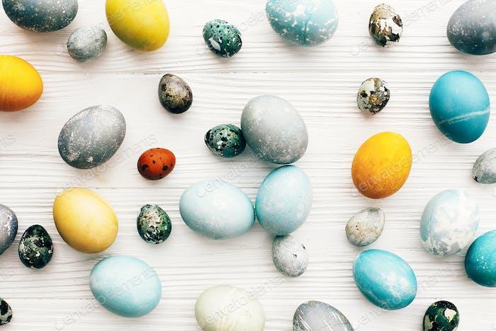 Moderne Ostereier bemalt mit Naturfarbstoff in Gelb, Blau, Grün, Grau