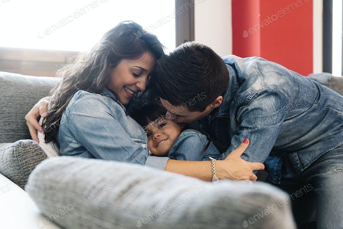 Glückliche Eltern mit Tochter liegend.
