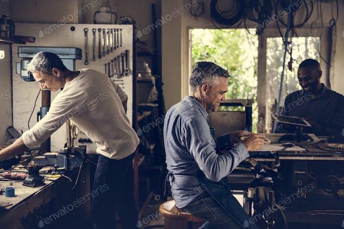 Мужчины, работающие в мастерской