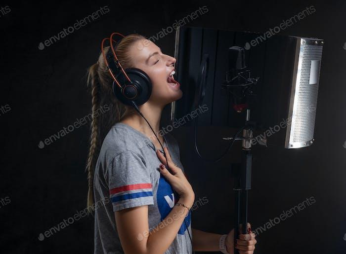 Портрет симпатичного певца в студии