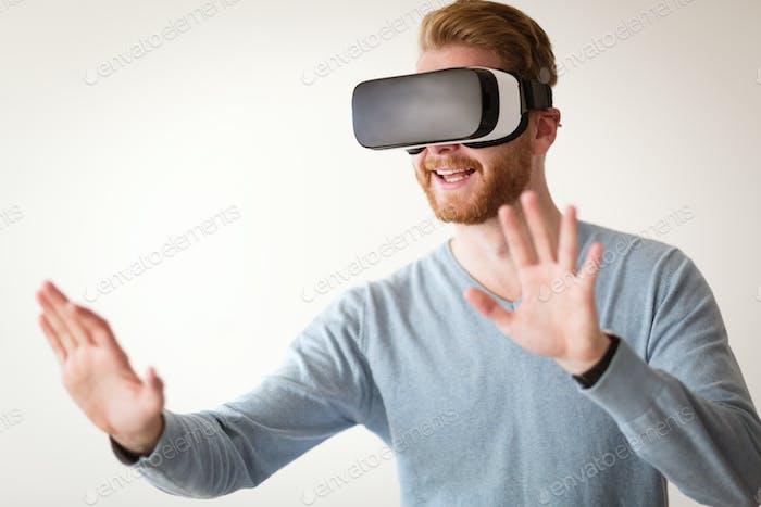 Mann trägt Zukunftstechnologie VR Brille